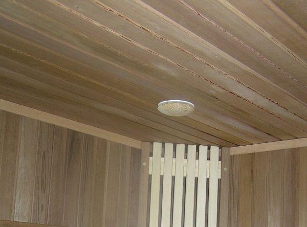 Отделка потолка деревянными панелями.