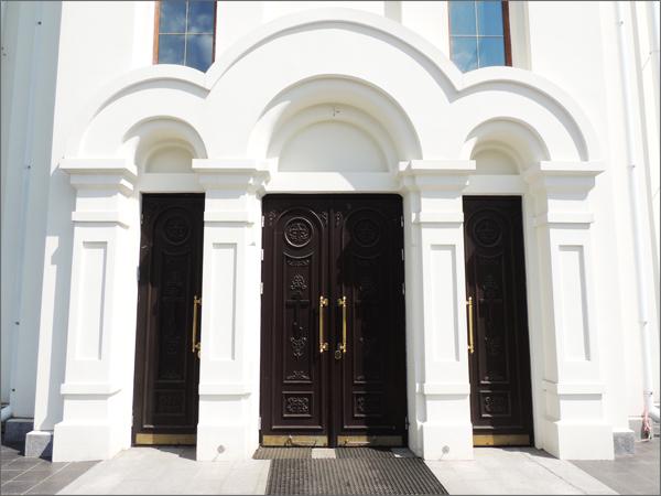 Двери из массива дуба в храм