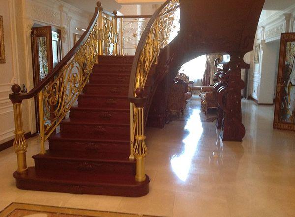 Элитная лестница из массива